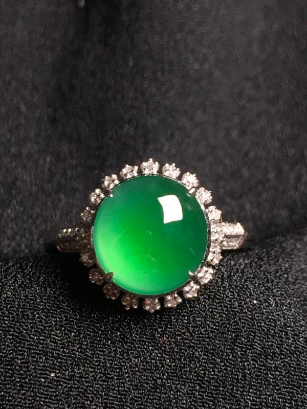 满绿蛋面戒指,18k金钻石镶嵌,种水超好,玉质细腻。**