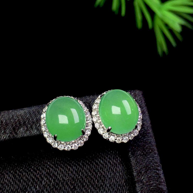 甜阳绿耳钉,色艳饱满,精致时尚,裸石:7.5*6.5*2.5 整体:9.7*8.5*7