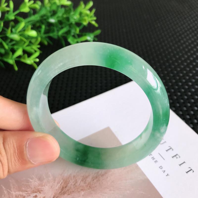 圈口:56.1mm天然翡翠A货冰糯种飘蓝花正装手镯,尺寸56.1*13.4*8.2mm 玉质细腻,种