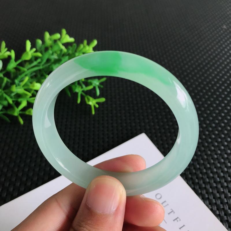 圈口:56mm天然翡翠A货冰糯种飘绿正装手镯,尺寸56*12.3*7.5mm 玉质细腻,种水好,底色