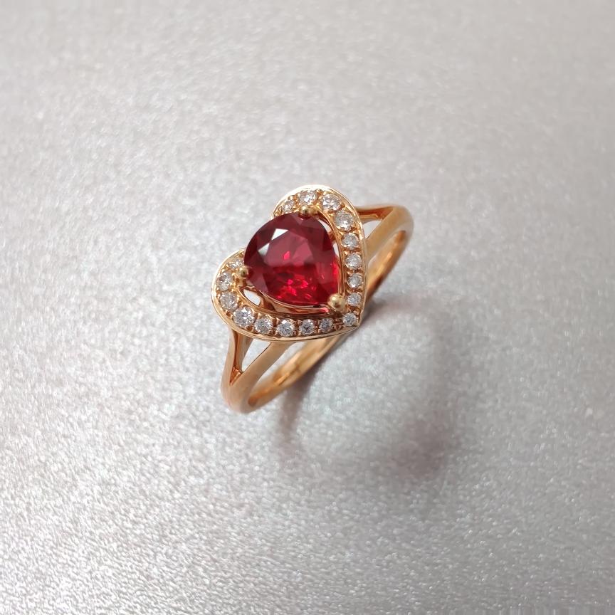 【戒指】红宝石+18k金+钻石  宝石颜色纯正 主石:0.74ct   货重:3.21g   手寸: