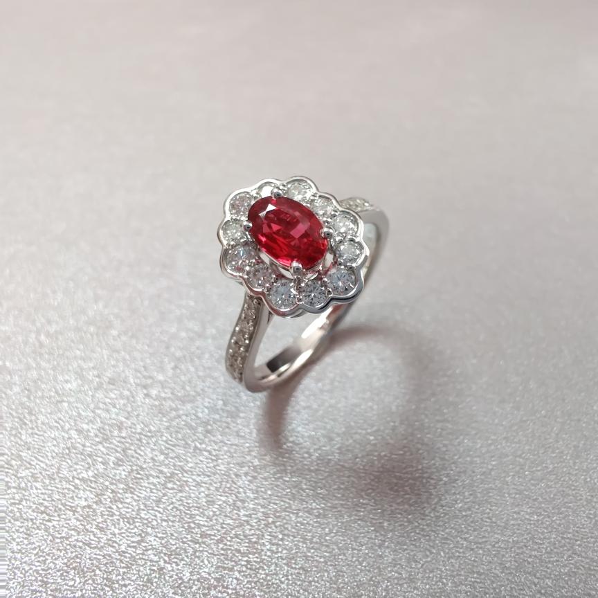 【戒指】红宝石+18k金+钻石  宝石颜色纯正 主石:0.53ct   货重:3.81g   手寸: