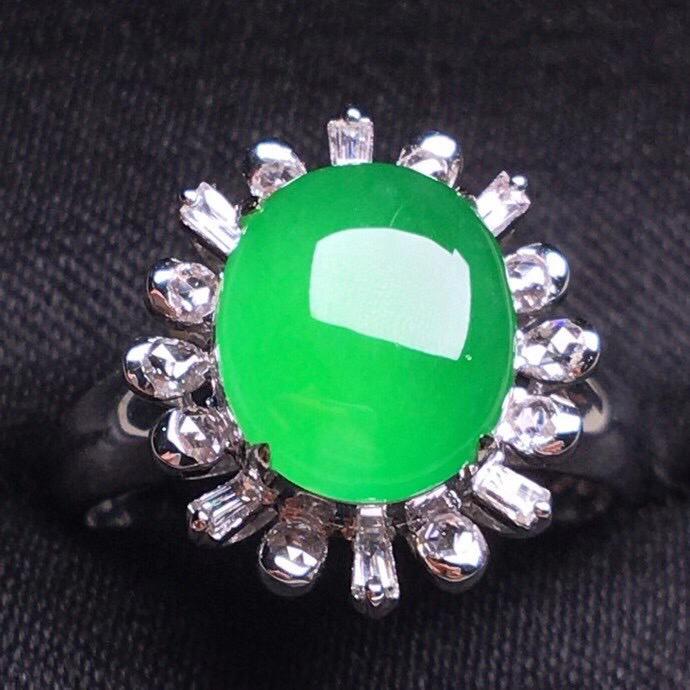 阳绿冰种蛋面戒指,真金真钻镶嵌,种水好,玉质细腻 .整体尺寸 10.5*8.9*8.8
