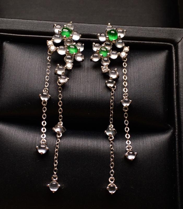 18K金钻镶嵌冰种蛋面耳坠 冰透起光 质地细腻 款式新颖时尚唯美 亮眼 整体尺寸44.8*10.1*