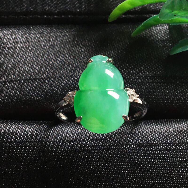 好漂亮的大个饱满绿葫芦戒指,福䘵,招财避邪,色阳,水润,饱满,18k金伴钻镶嵌,低调奢华,裸石尺寸1