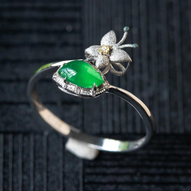 18k金镶嵌冰种满绿戒指,种水好,色泽佳,细腻,实物更美,裸石尺寸6.2*3.6*3.0,整体尺寸8