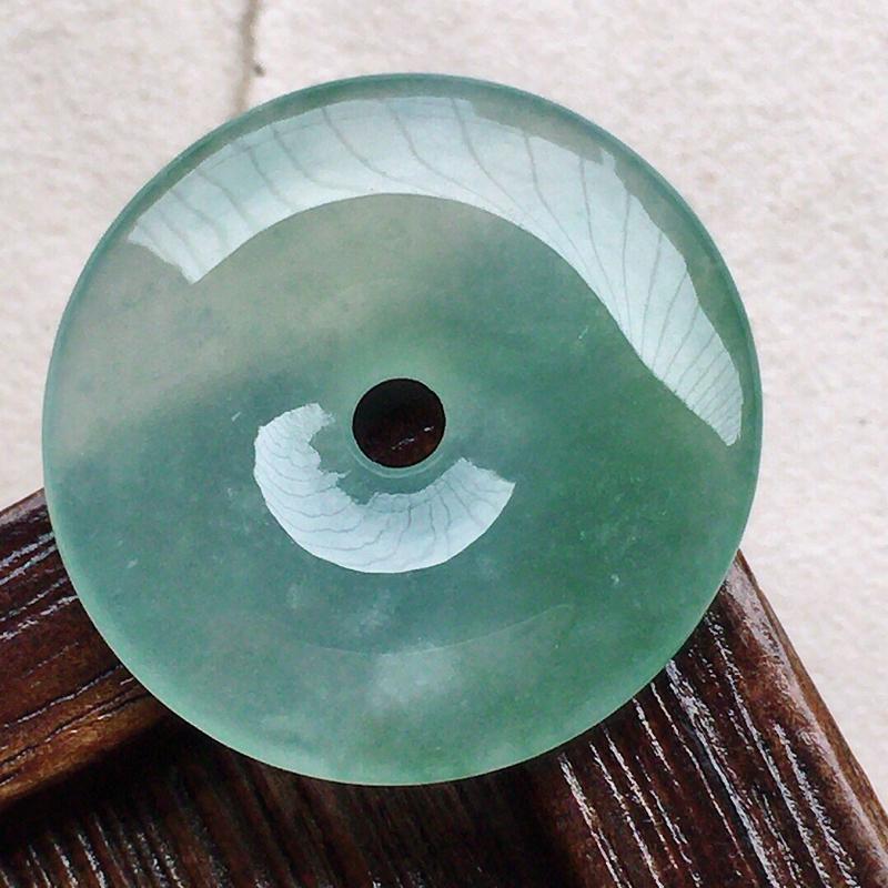 缅甸翡翠平安扣吊坠,自然光实拍,玉质莹润,佩戴佳品,尺寸:22.3*3.7 mm,重3.78克