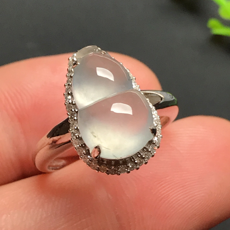 18k伴钻镶嵌,冰种葫芦戒指,玉质冰润起荧,款式简约时尚,佩戴福禄双全!