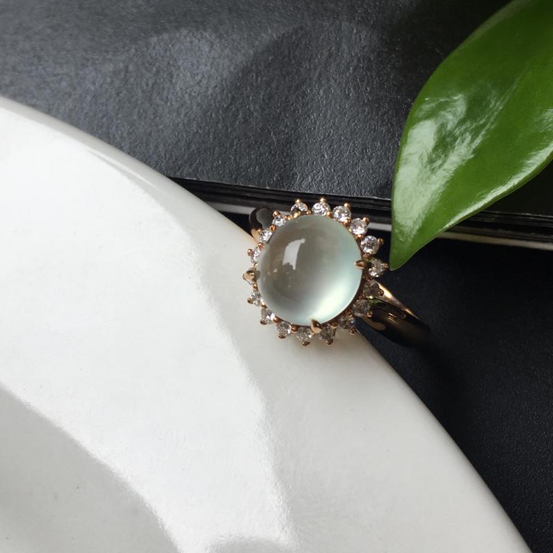G18K冰种蛋面戒指,镶嵌款式精致简单,蛋面底子细腻干净 饱满。整体尺寸:12.3-11.8-10.