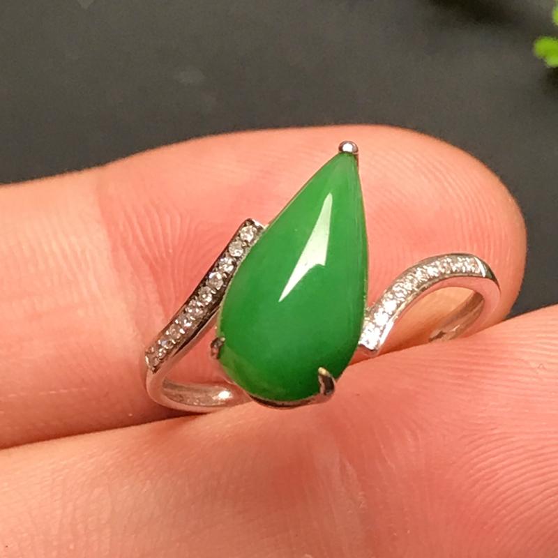 18k伴钻镶嵌,水滴戒指,,玉质莹润,颜色鲜辣,款式独特新颖,佩戴雅致时尚!