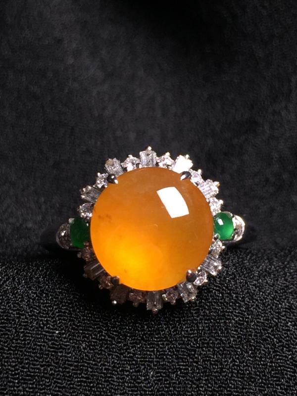 黄翡蛋面戒指,18k金钻石镶嵌,种水超好,玉质细腻。