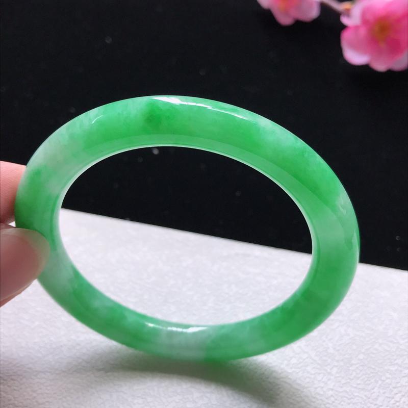扁圆条:54.3mm天然翡翠A货。老坑细糯种飘绿扁圆条手镯。玉质细腻,佩戴清秀优雅。尺寸:54.3*