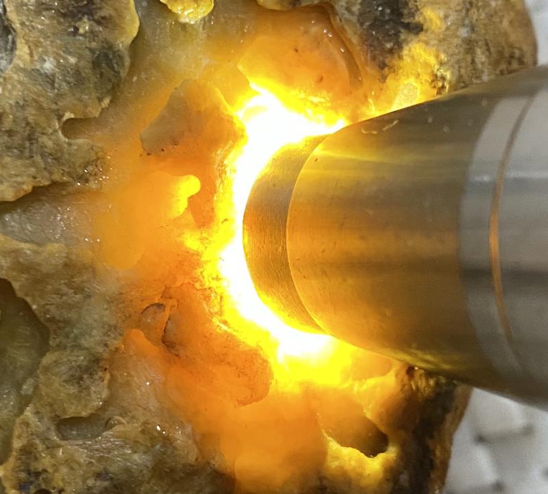 #矿区新货来袭#  【名称】3.65公斤木那开窗黄翡       【重量】3.65公斤