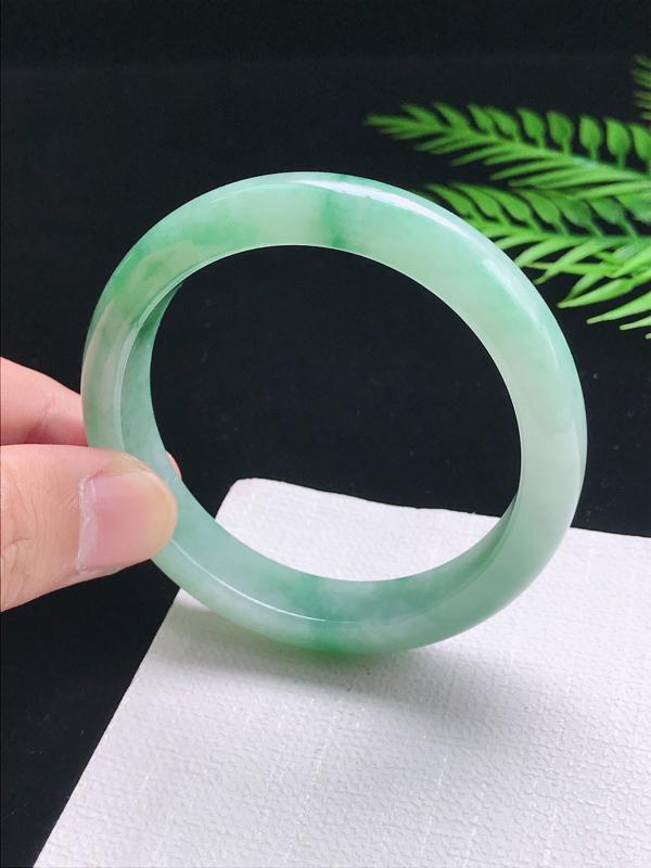 圈口:57.7mm 天然翡翠A货细腻飘绿宽边正装57-58圈口手镯,尺寸57.7*12.7*8.4m