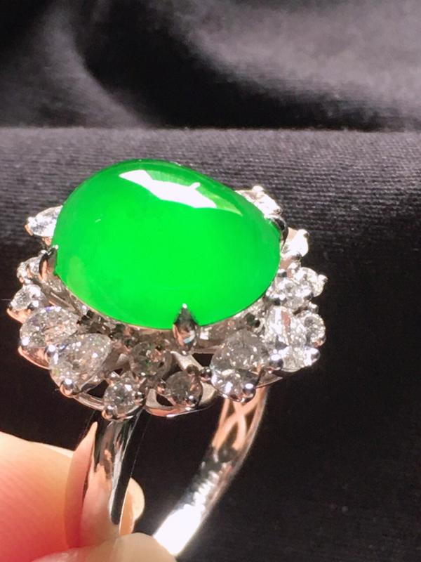 缅甸翡翠18圈口18k金伴钻镶嵌满绿蛋面戒指,自然光实拍,玉质莹润,佩戴佳品,内径:18.3mm(可
