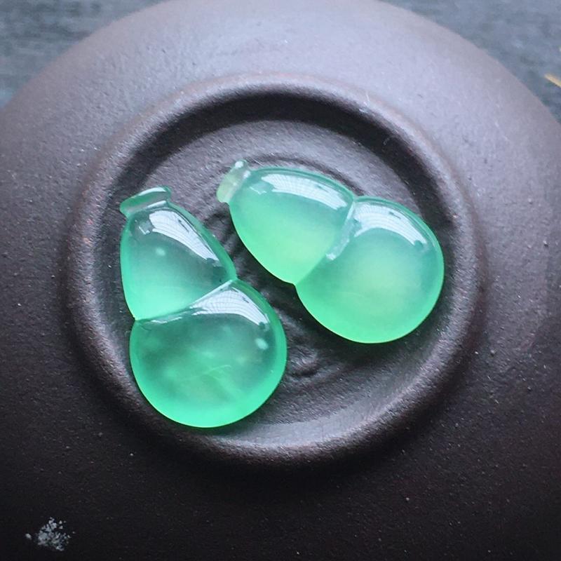 晴绿葫芦,自然光实拍,缅甸a货翡翠,木那料,冰种通透,水润玉质细腻,雕刻精细,饱满品相佳,无孔需镶嵌