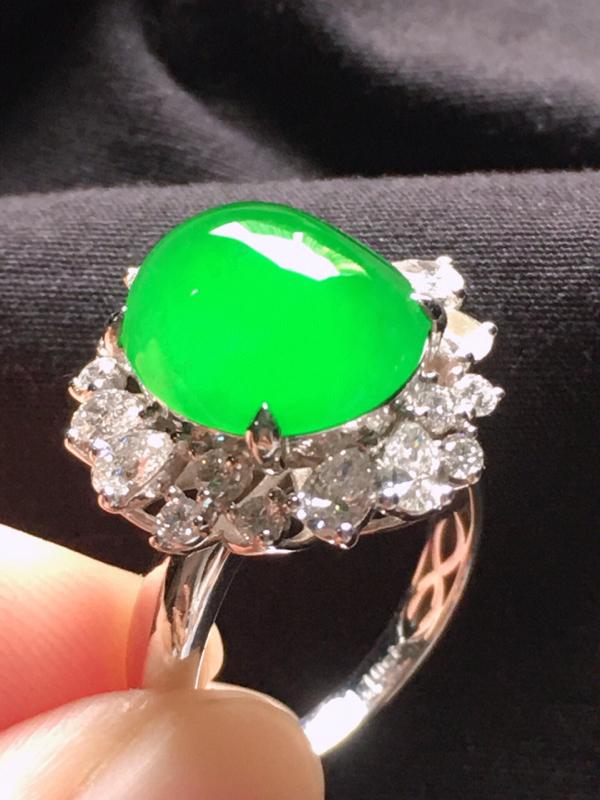 缅甸翡翠18圈口18k金伴钻镶嵌满绿蛋面戒指,自然光实拍,玉质莹润,佩戴佳品,内径:18.4mm(可