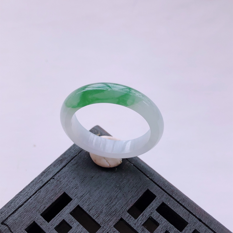 飘绿花翡翠戒指指环 尺寸:21.3*5.5*3.4mm