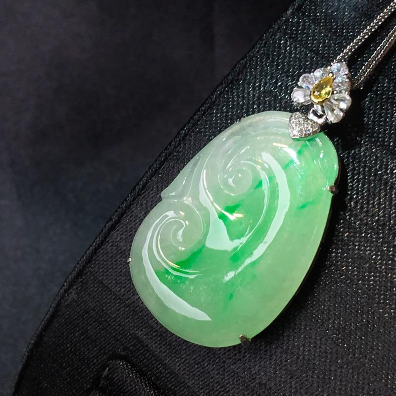 翡翠a货,飘绿如意吊坠,18k金伴钻,彩宝点缀,佩戴精美,性价比高,整体尺寸25.0*18.8*5.
