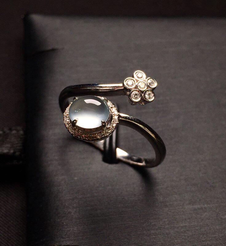18K金钻镶嵌高冰种蛋面戒指 质地细腻 冰透起光 款式新颖时尚上手亮眼 圈口15整体尺寸12.4*1