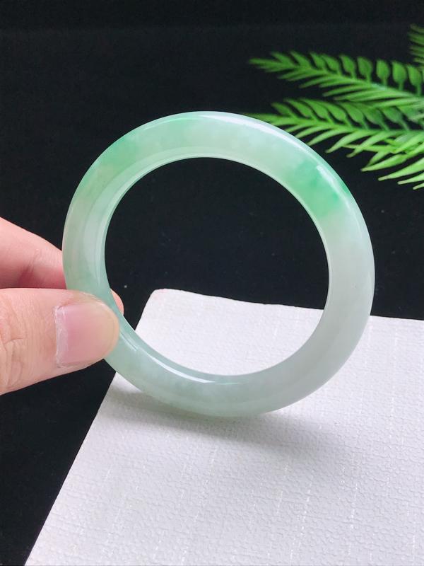 圈口:54.2mm 天然翡翠A货细腻飘绿圆条54圈口手镯,尺寸54.2*10.7*9.8mm,玉质细