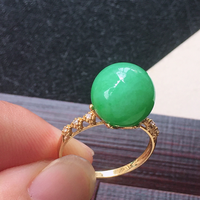 18K金伴钻镶嵌翡翠满绿圆珠戒指,种水好玉质细腻温润,颜色漂亮。