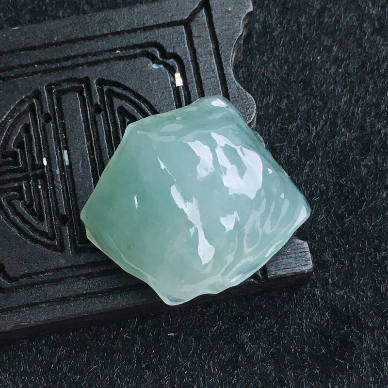 A货翡翠水润淡绿随型原石吊坠   尺寸24.9*24.3*10mm  水头好,料子细腻,底色好