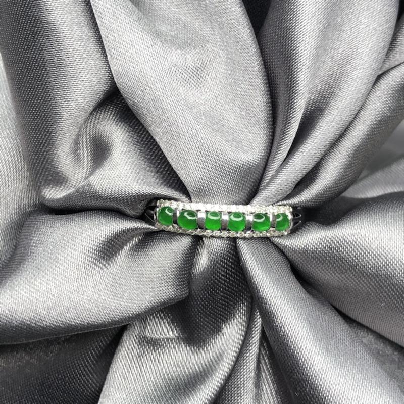 18k金镶嵌冰阳绿蛋面排戒指,颗颗起胶起荧光,色泽均匀精致,简约时尚百搭。整体尺寸:3.5*15.5