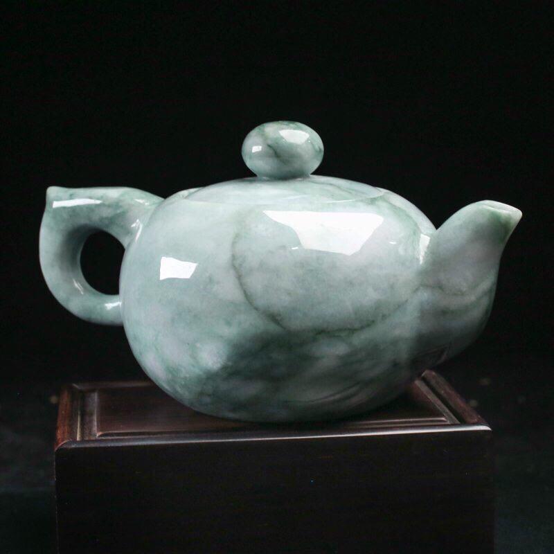 茶壶翡翠摆件。手工雕刻,色泽清新,雕琢细致,壶身尺寸136.7*88.2*75.8mm,配送精美底