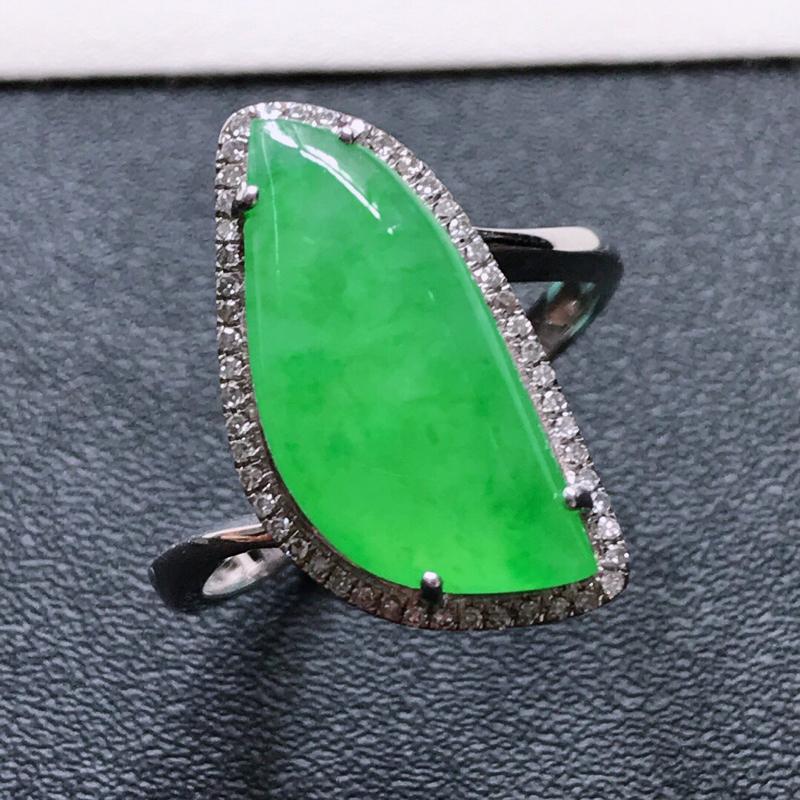 天然翡翠A货。冰糯种满绿素面戒指,戒圈:17.6。18K金镶嵌伴钻。水润通透,色泽鲜艳。镶金尺寸:1