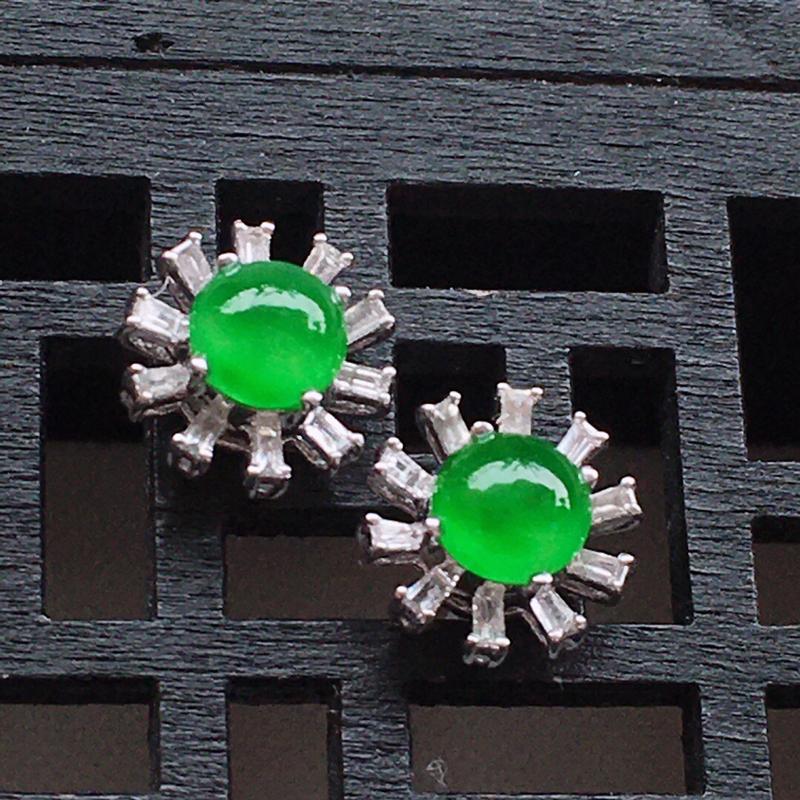 精品翡翠18k镶嵌伴钻耳钉,玉质莹润,佩戴效果更美,尺寸:裸石尺寸:4.7*4.6*2.5MM,总质