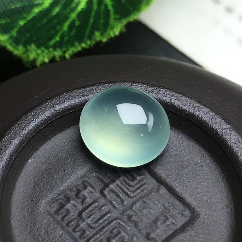 冰种晴水蛋面裸石,种老水足,底子细腻,饱满圆润,干净起光,饱满圆润。可镶嵌成戒指。尺寸:9.0-8.