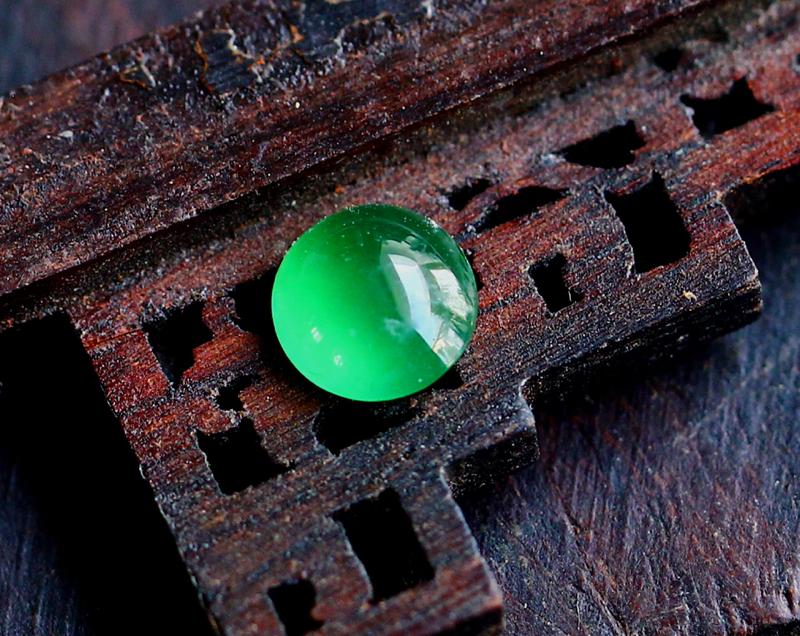冰种满绿荧光蛋面,种老,荧光好,色泽靓丽,可以任意镶嵌。尺寸:5.9-2.6