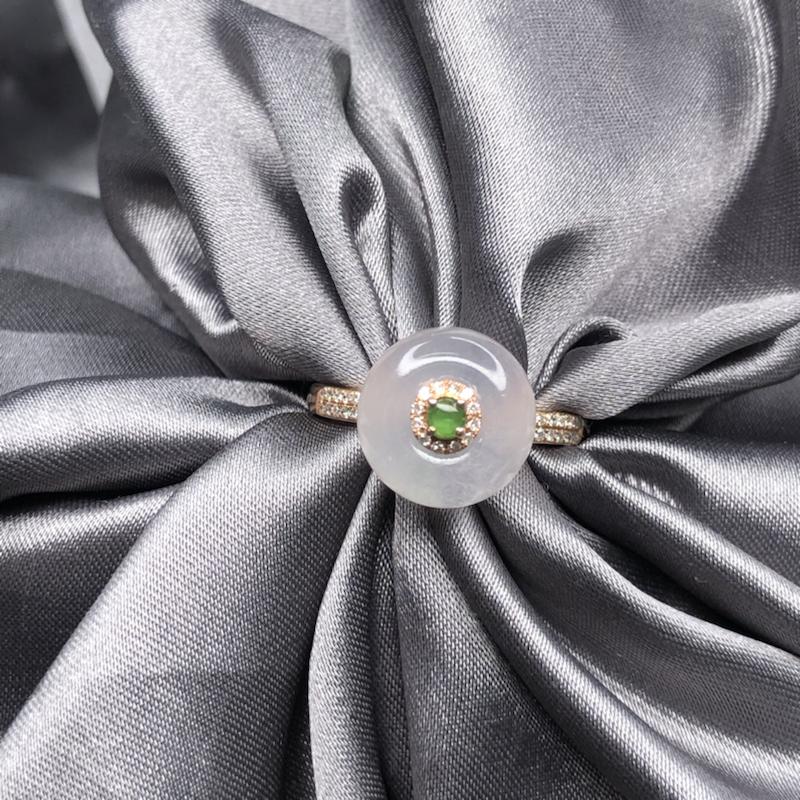 18k金设计款时来运转镶嵌冰平安扣戒指,水润透亮,起胶起荧光,细腻饱满,可360度转动,实心戒臂质感