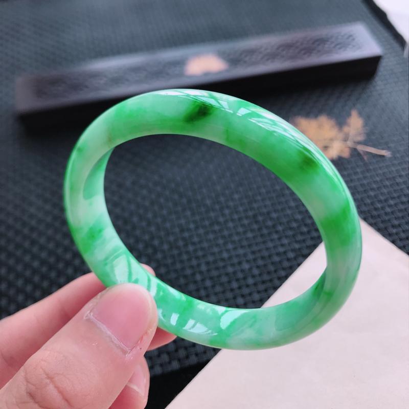 正圈58,缅甸天然翡翠好种手镯,尺寸 :58*11.5*7 ,玉质细腻水润 , 飘阳绿,条形漂亮,上