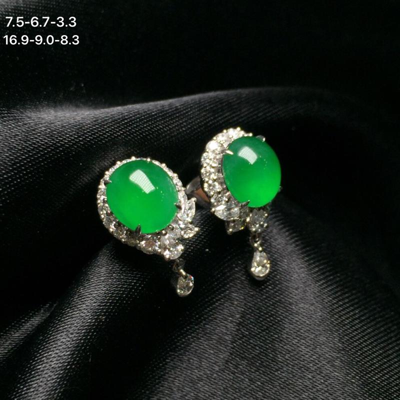 18k金钻石镶嵌冰阳绿翡翠蛋面耳钉,冰透水润,颜色阳绿,均匀细腻,佩戴效果佳,整体尺寸16.9-8.