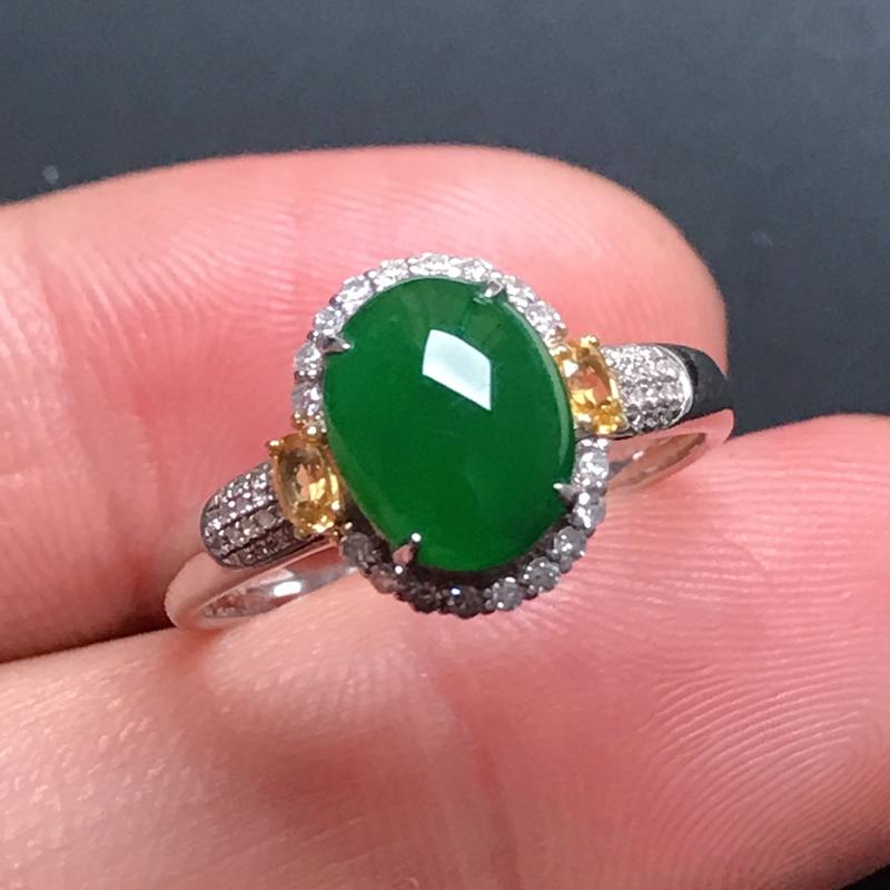 18k伴钻镶嵌,满色蛋面戒指,玉质莹润,饱满大气,款式精美别致,佩戴优雅,戒圈15#
