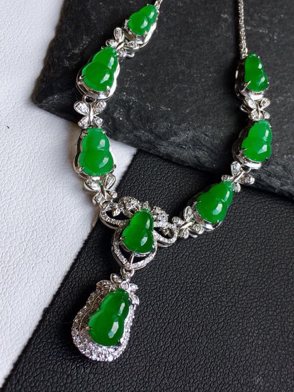 18k金镶钻,满绿葫芦锁骨链,佩戴效果更佳,整体尺寸18.8*63.9*7.6