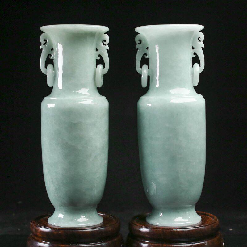 翡翠花瓶摆件一对,造型别致,雕琢细致,玉质莹润,寓意平平安安,取其中一尺寸:158*55.6mm,