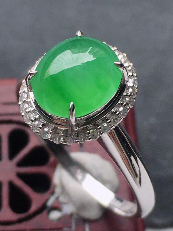 缅甸翡翠18圈口18k金伴钻镶嵌满绿蛋面戒指,自然光实拍,玉质莹润,佩戴佳品,内径:18.4 mm(