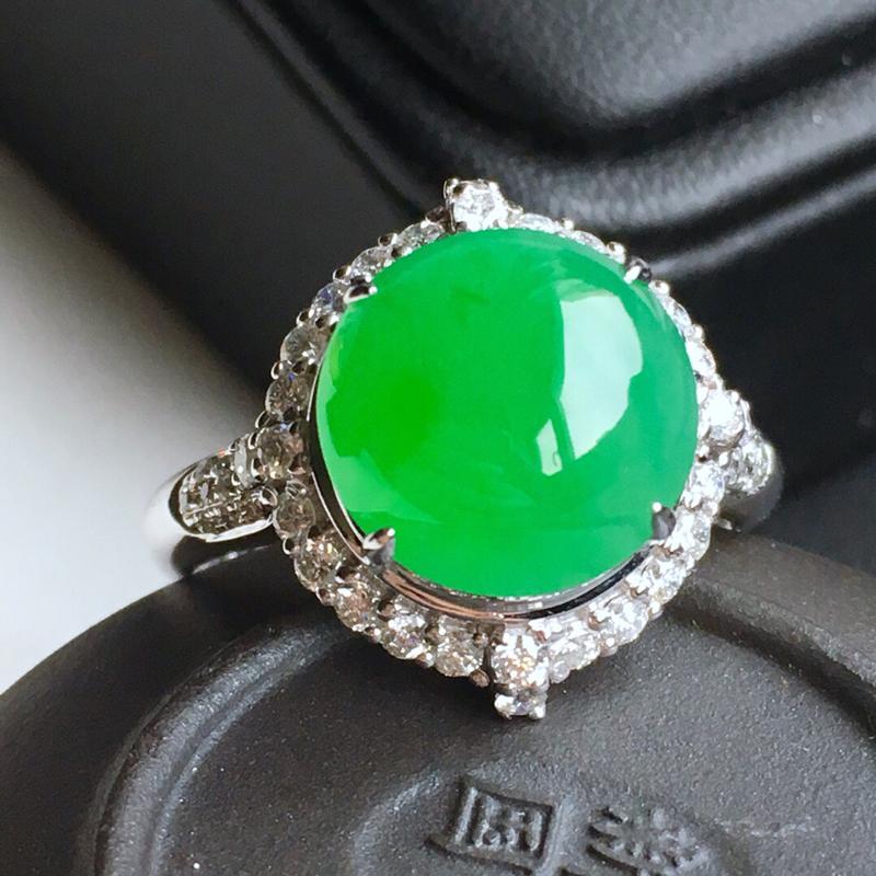 18k金镶钻,满绿蛋面戒指,佩戴效果更佳,整体尺寸15.4*16.0*11.1