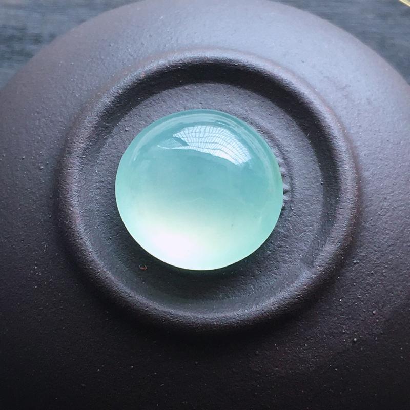 冰种蛋面,自然光实拍,缅甸a货翡翠,种好通透,水润玉质细腻,雕刻精细,饱满品相佳,无孔需镶嵌。