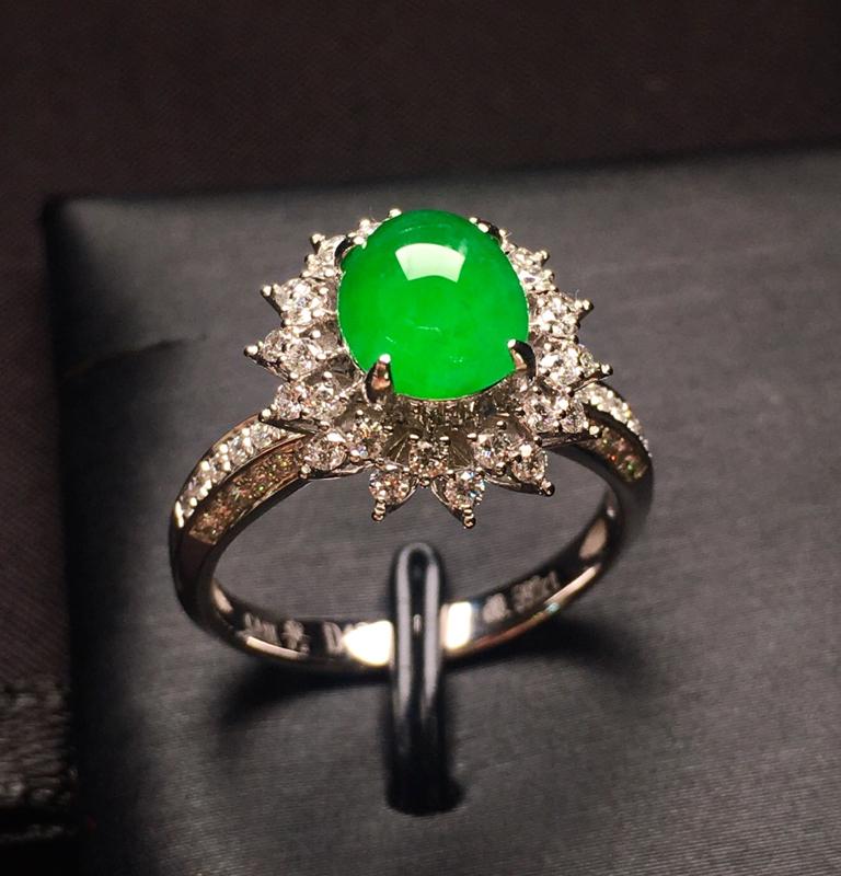 18K金钻镶嵌满绿蛋面戒指 圆润饱满 质地细腻 豪华镶嵌 色泽均匀艳丽 款式新颖时尚大方 上手亮眼