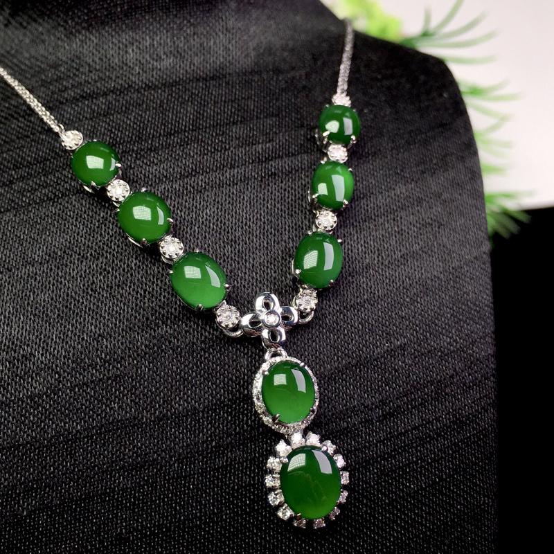 冰满绿项链,种色俱佳,小巧精致,裸石:7.2*5.8*2 整体:50.8*12*5.2(18k金配