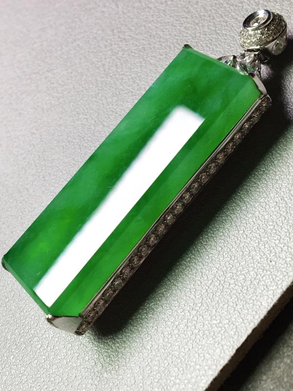 冰种满绿无事牌吊坠,无裂,水头足,种色兼备,裸石40.5/15/4.5  整体52.6/16/9.2