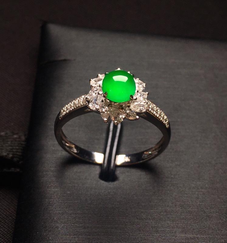 18K金钻镶嵌满绿蛋面戒指 色泽均匀艳丽饱满 质地细腻 款式新颖时尚精美 圈口13整体尺寸9.6*8