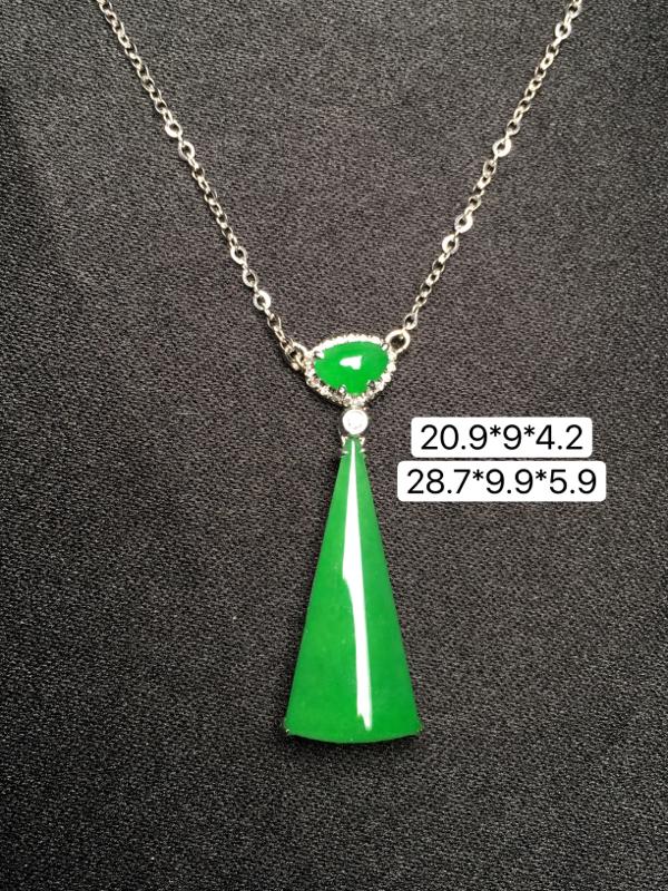 满绿无事牌项链,18K金镶嵌,无纹无裂,玉质细腻,质量杠杠的,性价比超高