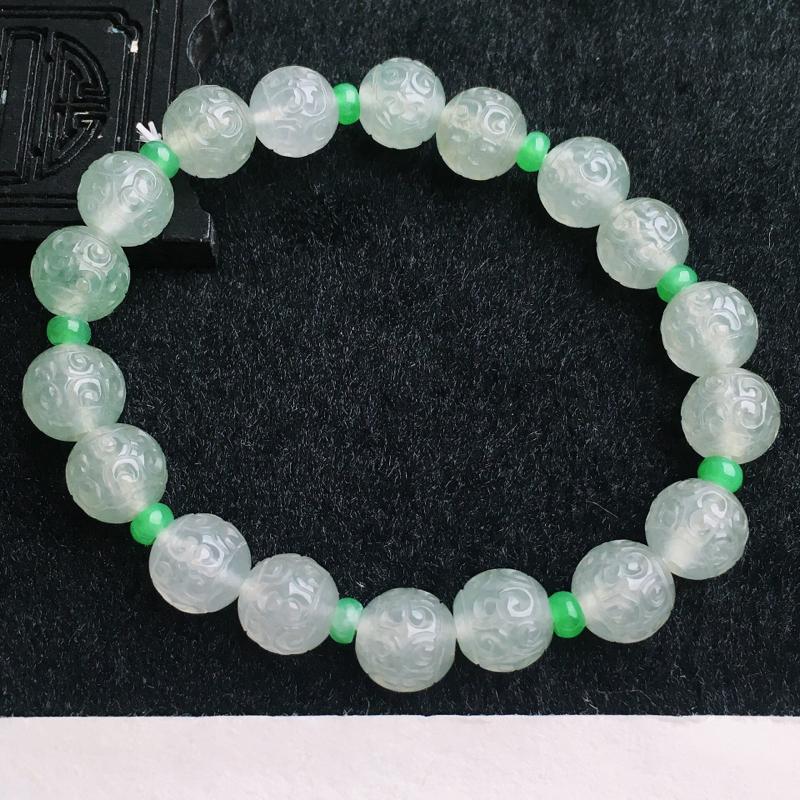 A货翡翠水润淡绿复古雕花手链   尺寸取一9.7mm  水头好,料子细腻,莹润通透,雕工栩栩如生