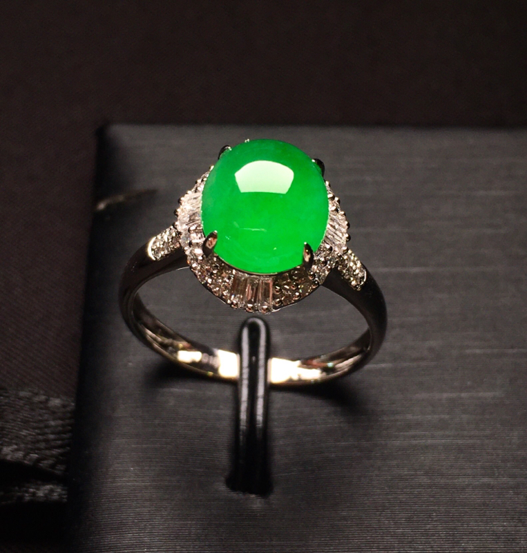18K金钻镶嵌满绿蛋面戒指 圆润饱满 质地细腻 款式新颖时尚精美 上手亮眼 圈口13.5整体尺寸12