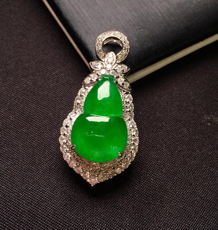 18K金钻镶嵌满绿葫芦吊坠 色泽均匀艳丽饱满 质地细腻 款式新颖时尚精美 豪华镶嵌 整体尺寸29.6